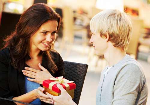 彼氏からプレゼントを受け取る女性