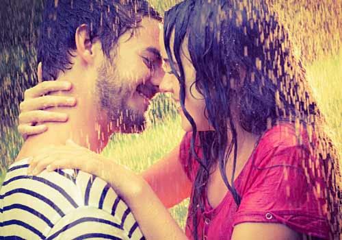 雨の中で抱き合う恋人たち