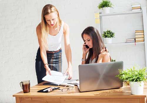 熱心に仕事をする女性
