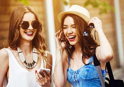 友達と旅行を楽しむ女性