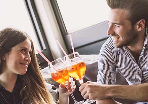乾杯する男と女