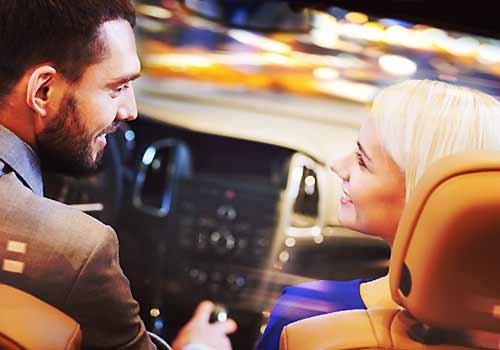 ドライブデートしているカップル