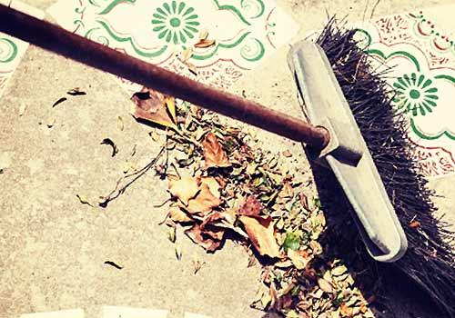 落ち葉を掃除するホウキ