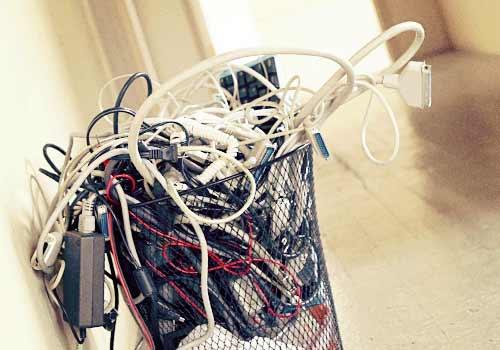 ゴミ箱に捨てられた電化製品