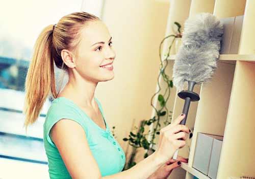 棚を掃除する女性