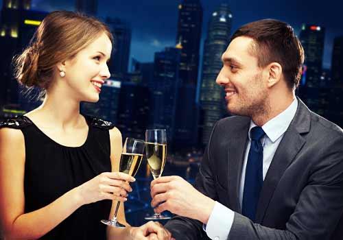 夜のレストランでデートを楽しむ男と女
