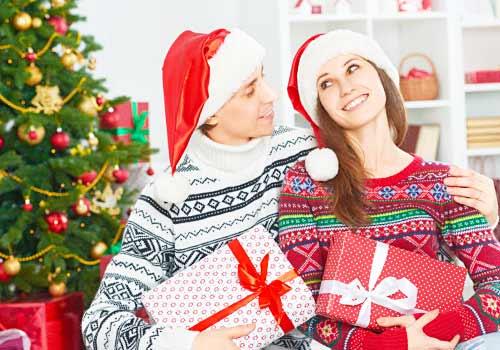サンタ帽をつけたカップル