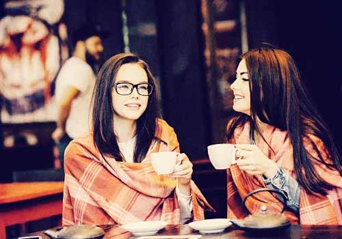 カフェでコーヒーをのむ女子
