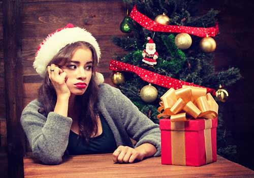 一人でクリスマスを過ごす女性