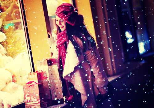 クリスマスの街を歩く女性