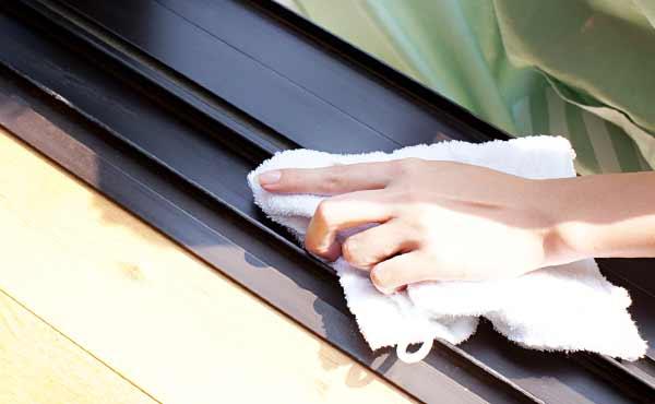 窓サッシ掃除・レール溝の汚れやカビ除去も忘れずに!