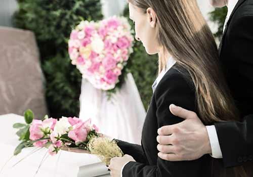 葬式に参加する男女
