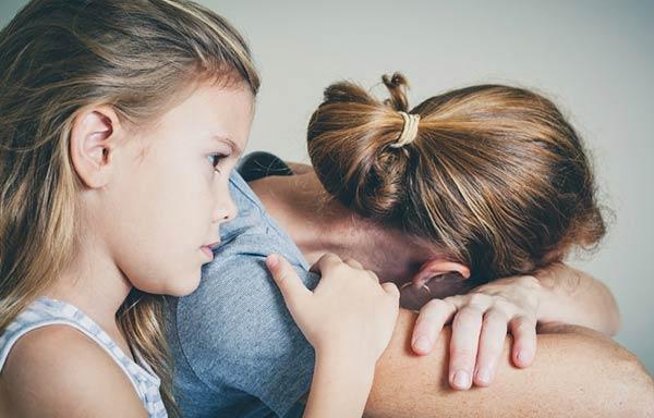 悩む母親と慰める子ども