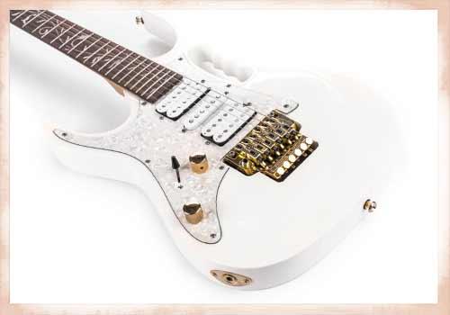 白いエレキギター