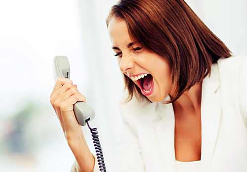 電話越しにどなる女性