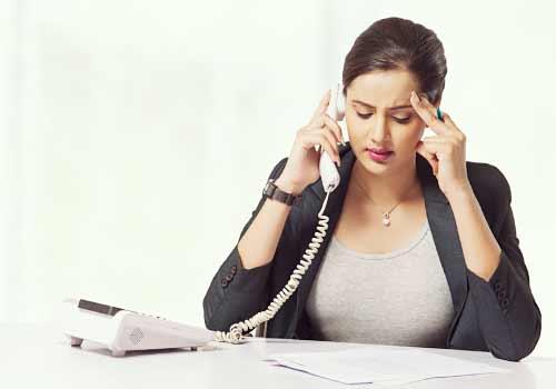 電話に悩む女性