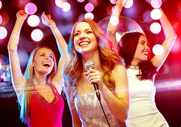 歌い踊る女子