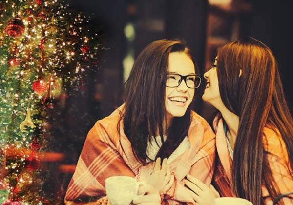 クリスマスをカフェで楽しむ女子
