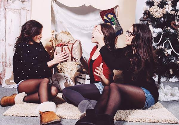 クリスマスパーティを楽しむ女子