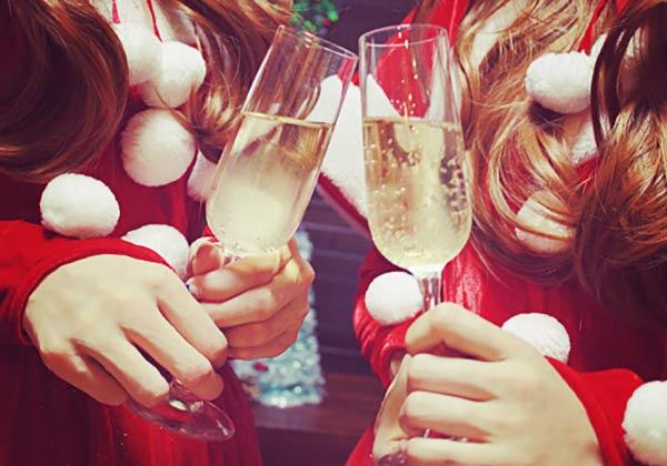 乾杯する女子