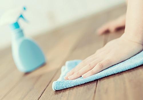 雑巾で床を拭く