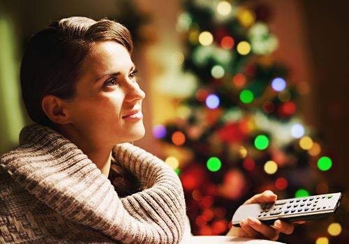 クリスマスにテレビを見る女