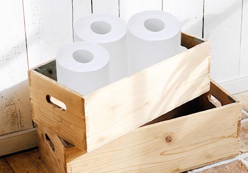 木箱に収納したトイレットペーパー