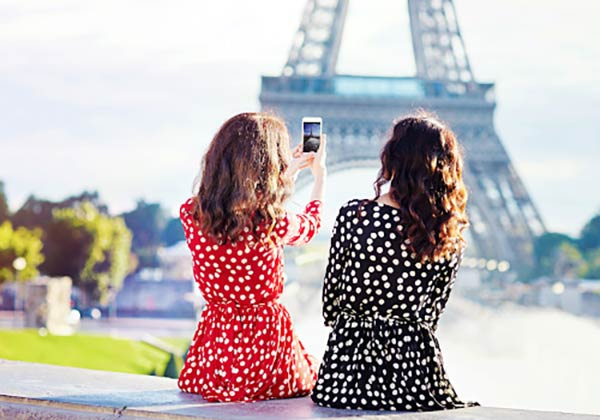 友達とパリ旅行を楽しむ女性