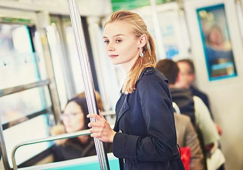 バスに乗っている女性