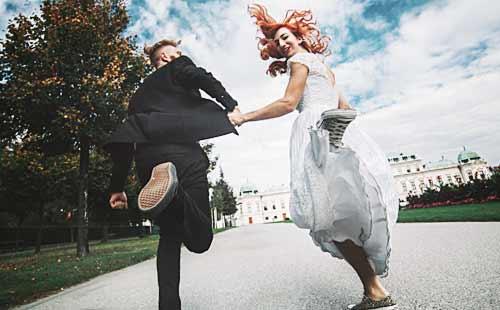 結婚式場へ向かう男女