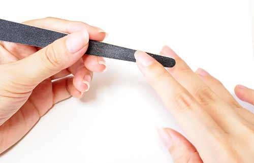 爪やすりで爪をケアする女性