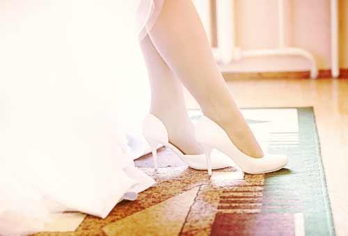 白い靴の女