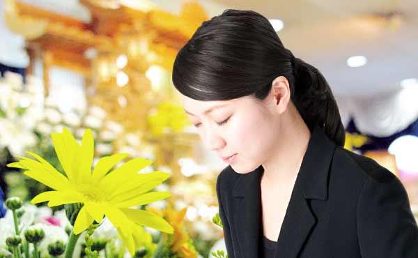 お葬式の髪型・メイク・ネイルのマナー・控え目が鉄則です