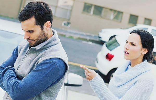 夫を問い詰める女性