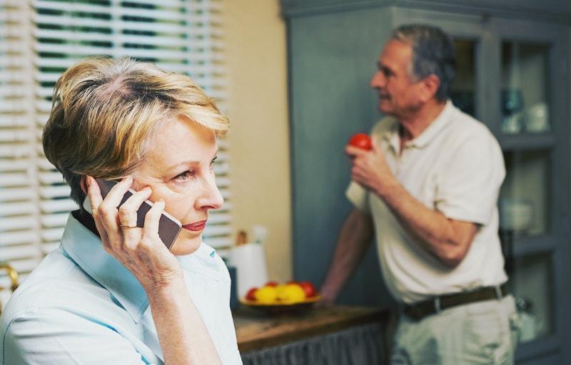 電話をする姑
