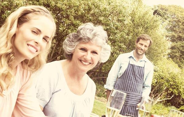 バーベキューを楽しむ家族