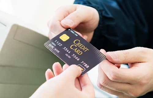 カードで買い物をする人