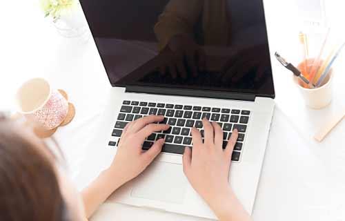 パソコンで副業をする女性