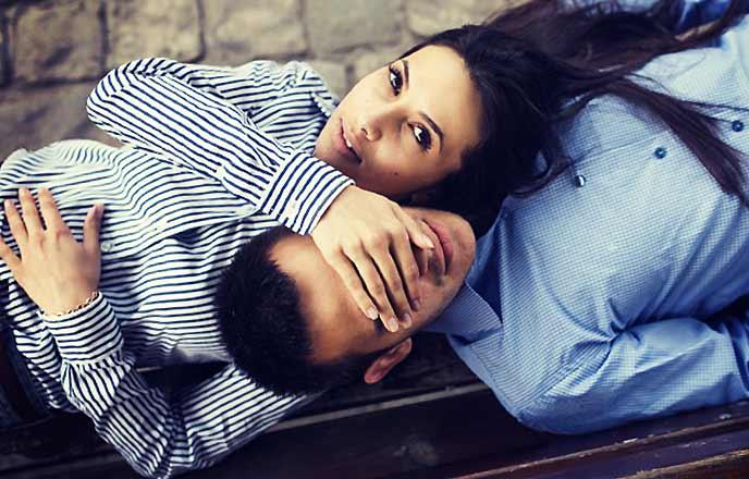 彼氏の目を覆う女性