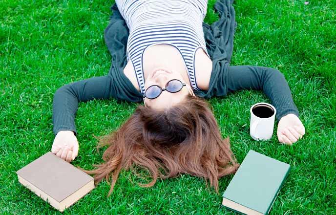 勉強の休憩を取る女性