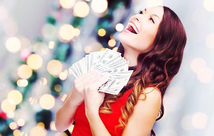 お金を持って浮かれる女性