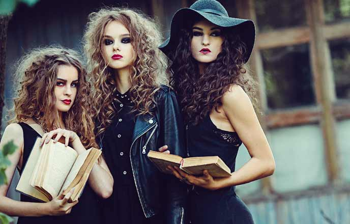 黒いファッションの女たち