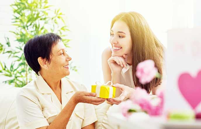 母親にプレゼントを贈る女性