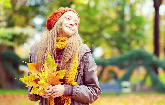 落ち葉を集める女性