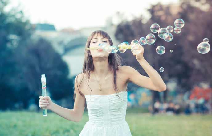 シャボン玉を拭く女性