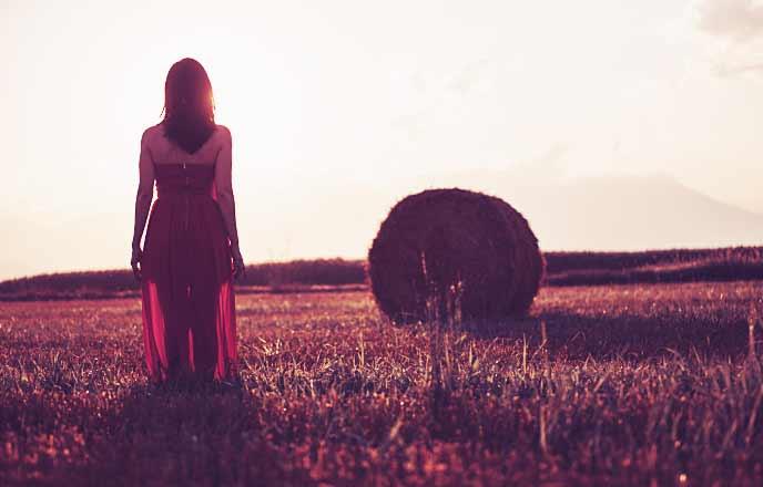 遠く空を見つめる女性