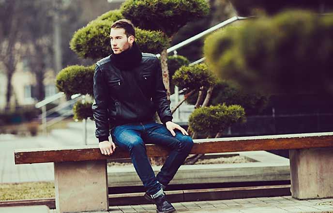 ベンチに座る男