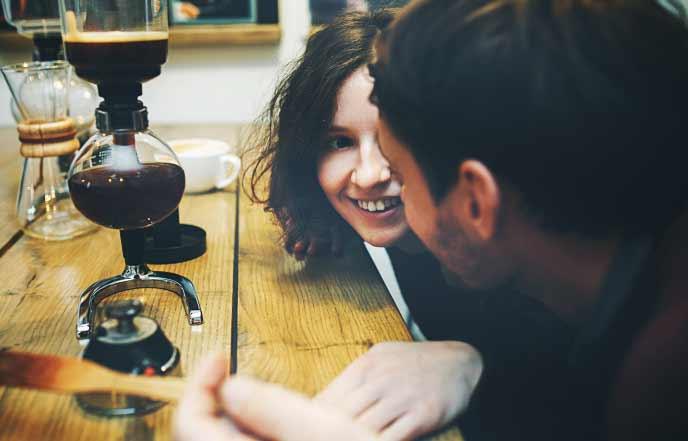 仲良くコーヒーを入れる男と女
