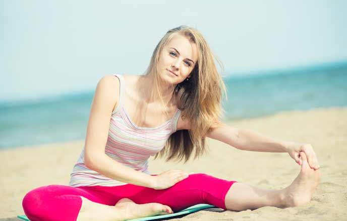 砂浜で運動する女性