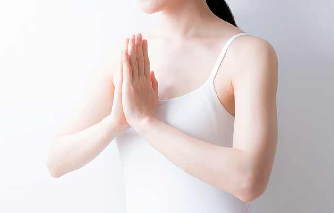 合掌のポーズをする女性
